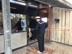 Sjippetovet blev hurtigt taget i brug af klasserne på Ebeltoft Skole. Her ses Peter Bergqvist Heuch, guide på Fregatten Jylland og Morten Siig Henriksen, medlem af PUK-udvalget i Syddjurs Kommune.